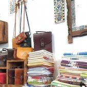 🤔 Plutôt ambiance rentrée ou vacances prolongées ? Chez Samak on aime les mélanges alors vous trouverez un peu des deux, cartables, foutas et boutique ensoleillée pour un été indien à la sauce tunisienne ! 😉 . . . #rentrée #shopping #cartable #cartable #attachecase  #leathercase  #cuir #handmade #accessories #handmadeaccessories #fouta #vacances #beachtowels #rentree #lyon6 #lyonnaise #eteindien #conceptstorelyon