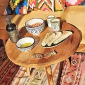 Notre travail à la recherche d'artisanats authentiques nous a souvent menés à rencontrer des femmes et des hommes travaillant la terre avec passion et respect.🌾 C'est pourquoi nous sommes aujourd'hui très heureux de vous faire découvrir notre nouvelle gamme d'épicerie fine, avec pour commencer les huiles d'olives et amandes @chorbane_saveurs.🌿 Le domaine familial Chorbane est géré par Karima, engagée dans une agriculture biologique, de la culture des amandiers et des oliviers jusqu'à la mise en bouteille, en passant par la presse. Un engagement récompensé par deux médailles d'or lors de concours internationaux ! 💫 Bonne dégustation 😊 . . . . #artisanat #artisanattunisien #agriculturebiologique #bio #huile #huiledolive #olive #zitoun #amandes #terre #producteur #oliveoil #earth #almond #food #authenticfood #naturalfood #samak