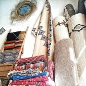 🏠 Envie d'un tapis sur-mesure, en haute laine ou de type kilim ? Samak peut réaliser tous vos projets avec l'aide de nos talentueux artisans tunisiens !📐✂️ #tapis #tapisberbere #tapistunisien #tapissurmesure #decorationproject #tapissalon #carpet #handmaderug #myrug #decorationidea #berber #décoration #instadecor #décorationintérieure #projet #homedeco