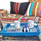 Pour le retour des moments conviviaux en terrasse, quoi de mieux qu'un joli plateau aux nuances méditerranéennes ! ⛵🌞 . . . #plateau #plates #plateaux #faitmain #artisanattunisien #carreaux #tiles #carreauxdeciment #artisanattunisien #apero #terrasse #cafe #café #tasse #bleu #bluedecor #déco #decorationinterieur #lyon