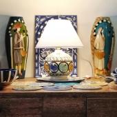 On vous présente aujourd'hui cette petite lampe fait main afin d'illuminer votre bel intérieur ! Pièce unique... N'hésitez pas à venir nous demander plus d'informations 🤗  Disponible en boutique et sur notre site internet présent en description ✨ . . . . #ceramique #light #peinture #faitmain #artisanat #luminaires #chaleureux #lyon #boutiquedeco #conceptstore #colors #decorationinterieur #mobilier #espritdeco #artisanattunisien