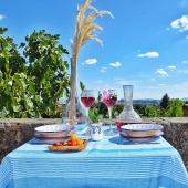 Aujourd'hui nouvelle inspiration «art de la table» cette fois ci dans les tons bleus... 💙  Qu'en pensez-vous ? 🐟 . . . . #summer #blue #sky #beautiful #art #artdelatable #amazing #carafe #assiette #creuse #plates #ceramique #vase #verresouflé #boisdolivier #nature #view #repas #apero #family #friends #lyon #lyoncity #boutiquedeco #flowers #chaise #table #fouta #artisanat