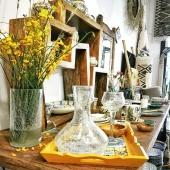 Le soleil s'invite chez Samak avec des touches de jaunes pour illuminer notre chaleureuse boutique ! 😎🌼☀️ . . . . . . #artisanattunisien #lyoncity #boutique #conceptstore #jaune #yellow #soleil #sun #chaleur #été #flowers #couleurs #decoration #fleurs #vase #verresoufflé #déco