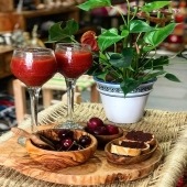 Pour vos apéros d'été, pensez au bois d'olivier disponible en boutique et sur notre site internet présent en description ! 🌞🍹 . . . . #été #summer #boisdolivier #planche #artisanat #artisanattunisien #apero #conceptstore #boutiquelyon #lyon #chaleureux #moments #bois #artdelatable #vacances
