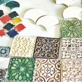 👋 Nous sommes en Tunisie pour rendre visite à nos artisans et vous rapporter plein de nouvelles pépites ! 🤩 La boutique de Lyon est fermée du 18 au 28 juin, nous expédierons vos commandes à notre retour. N'hésitez pas à nous contacter pour toute demande particulière ! 😊 . . . #carreaux #carreauxdeciment #céramique #tiles #zellige #handmadetiles #artisanattunisien #faitmain #artisan #circuitcourt #ethique #slowdeco #décoration #decorateur #interiordesign #surmesure #commande #staytuned