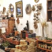 Retrouvez chez Samak toute la chaleur de l'artisanat tunisien !🌞 Nous continuons de vous accueillir avec toutes les mesures sanitaires nécessaires et derrière nos masques, toujours un grand sourire 😀  #décoration #inspirationdeco #deconaturelle #bohemiandecor #home #unique #handmade #tunisianhandcraft #fibres #bois #objets #handmadeitems #mirror #vases #shop #conceptstore #lyon #ethique #slowdeco