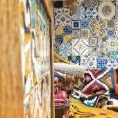 Quoi de plus beau et chaleureux qu'un patchwork de carreaux de faïence ?!😍 Nos carreaux sont peints à la main, vous pouvez les retrouver en vente à l'unité à la boutique ou nous les commander sur-mesure pour des projets personnalisés, n'hésitez pas à nous contacter ! 😀 . . . #carreaux #zellige #jeliz #ceramique #carreauxdeciment #carrelage #tiles #tile #handmadetiles #patchwork #couleurs #projet #projetdeco #mediterranean #coussin #kilim