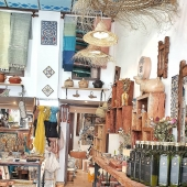 Les nouveautés fraichement sorties des ateliers de nos artisanes et artisans seront bientôt là 🤩 Et peut être bien qu'on en profitera pour changer une fois de plus l'agencement et la déco de la boutique 🤗 Samak reste ouvert tout le mois de juillet, avec des soldes sur nos tapis jusqu'à -40%, profitez-en !  . . . . #boutique #boutiquedeco #decoshop #shoplocal #shop #petitscommerces #artisanat #artisanal #lyon #eshop #eshopdeco #soldes #tapis #tapisberbere #artisanattunisien
