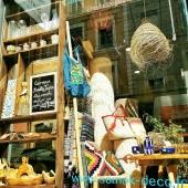 Réaménagement de la vitrine pour la saison d'été ! De la céramique, du bois d'olivier, des sacs en coton... De quoi embellir vos vacances ! 🥰🌞 . . . . . #summerdecor #summer #vitrinedeco #vitrine #decoration #ambianceété #tendances #lyon #vacances #chaleureux #artisanat #artsdelatable #luminaires #tapis #tapisberbere #ceramique #sac #fouta #été