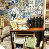 Nous sommes ravis de vous accueillir à nouveau dans notre boutique de Lyon ! 😀 Vous pourrez y découvrir nos nouveaux produits, notamment les délicieuses huiles d'olive et amandes bio du domaine familial @chorbane_saveurs 🌿 . . . #lyon #onlylyon #reouverture #boutique #boutiquedeco #shopsmall  #decoration #slowdeco #faitmain #epiceriefine #huile #oliveoil #bio #carreauxdeciment #zellige #tiles #handmadetiles #artisanattunisien