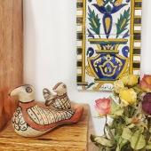 Comme un air de printemps qui nous rappelle la Tunisie où cette saison est si belle 🏵 Les thèmes floraux sont d'ailleurs un grand classique de la céramique tunisienne 🌼  Bonne semaine ensoleillée 😃 . . . . #ceramique #floral #carreaux #poterie #sejnane #artisanattunisien #handmadedecoration #objets #déco #unique #homedecor #printemps #springiscoming #springhomedecor #pottery #bois #oiseau #birds #handmadebird